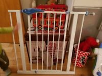 Lindam Easy-Fit Plus Safety Gate + Free Teletubby purple soft toy
