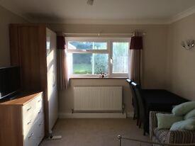 Short term long term mon-fri double rooms, great transport, garden, driveway, Bungalow