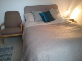 Double room in Spacious Town House - Central Helston.