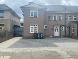 Spacious 5 Bedroom Semi Detached House with 2 bath & Driveway Dagenham RM8