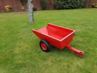 Ride on lawnmower tipping trailer
