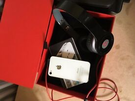 Apple iPhone 4s white with beat head phone with boxis £120