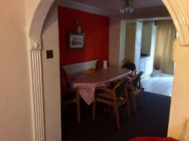 DOUBLE ROOM TO RENT IN A BEAUTIFUL HOUSE !! AVAILABLE NOW