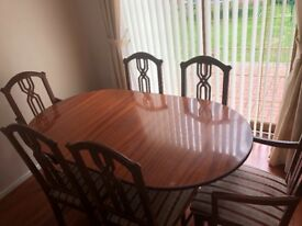 Extending mahogany dining table with 6 chairs.