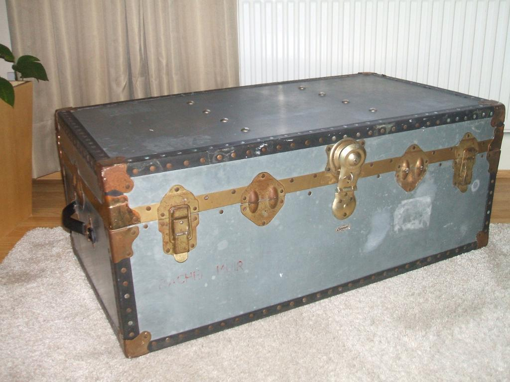 Vintage overpond metal steamer trunk coffee table toy for Table watford