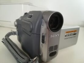 Sony DCR-HC22E Handycam Carl Zeiss 800x digital 20x Optical Zoom, 2.5; LCD
