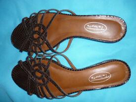 Pretty mock snadeskin sandals - size 6