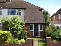 Lovely newly refreshed 2 bedroom flat with Front & Back Garden