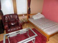 1 bedroom to rent in 3 bedroom flat