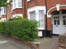 Very nice 1 bed flat close to Earlsfield station. Must be seen!