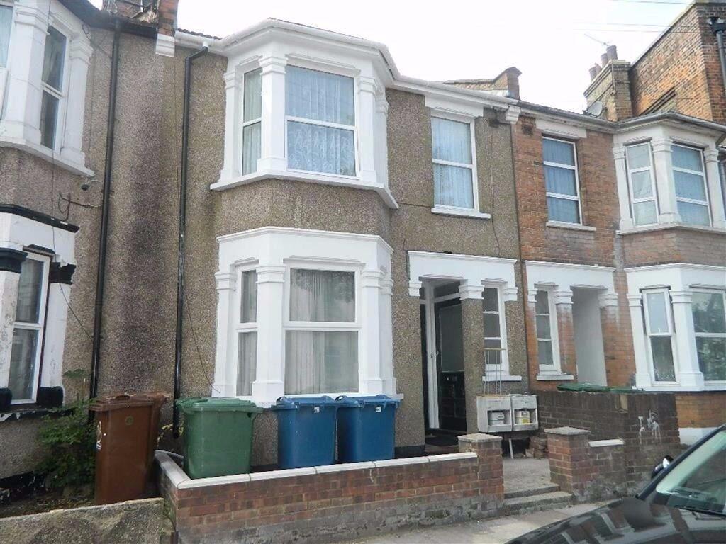 Three bedroom flat on first floor in Harrow Wealdstone to rent