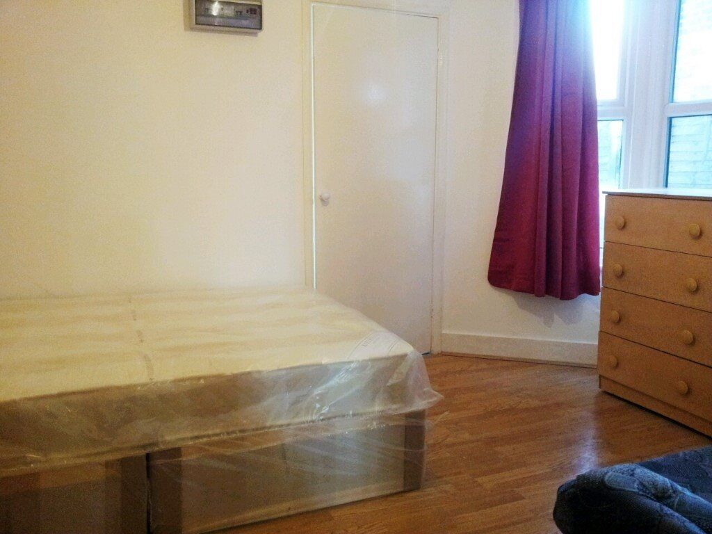 Turnpike Lane, N8 0BB-Amazing Large Studio Flat with sole use of 100 ft Garden-Great Value!