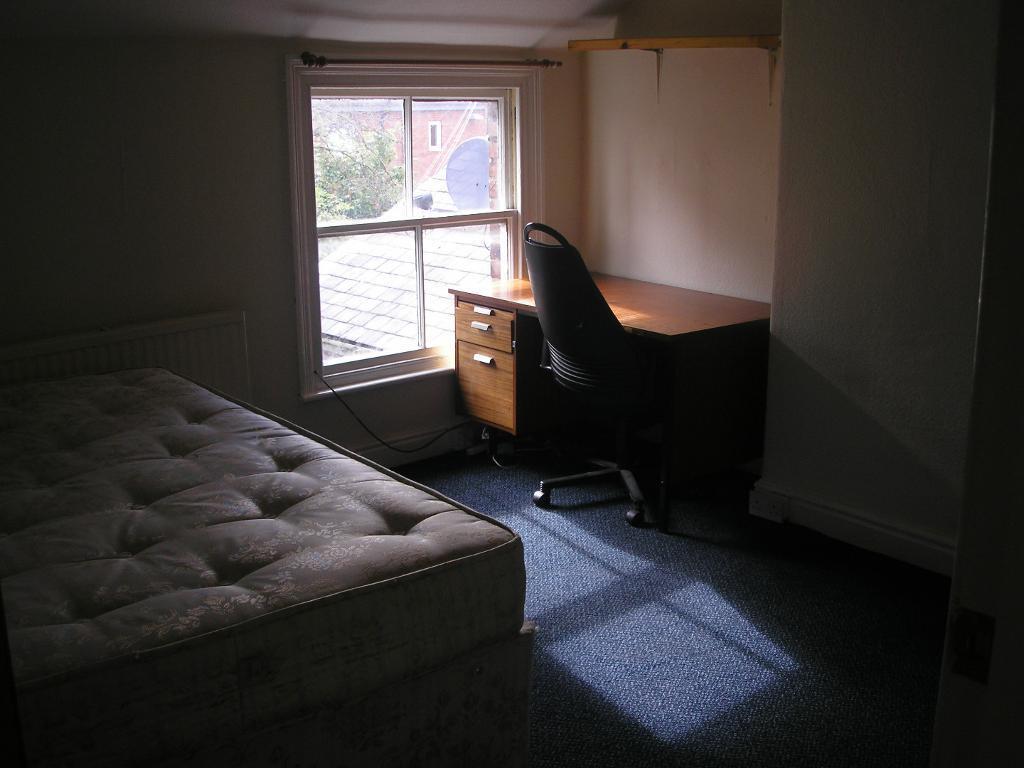 SPACIOUS 7 BED ROOM PROPERTY - BRENTBRIDGE ROAD- STUDENT PROPERTY