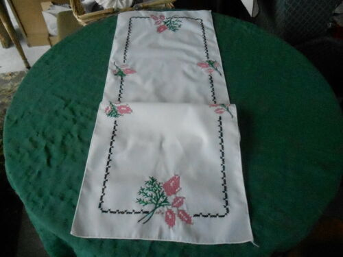 UNUSED HAND CROSS STITCH EMBROIDERED RUNNER WITH PINK ROSE BUDS,  CIRCA 1940