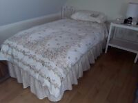 SET OF EASY-CARE BEDDING FOR SINGLE BED.
