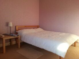 Sunny Double Bedroom close to Watford Junction Station-non smokers