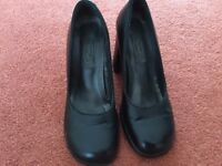 "Lovely Pair of Black Leather Schuh Shoes in Good Condition Size 4.5 (37) - 3"" Heel"