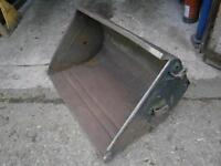 Fore-end loader bucket for older-style loader in great condition off International tractor NO VAT