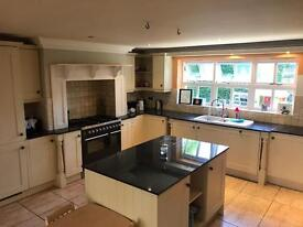 Huge Shaker Kitchen with all appliances & granite work tops throughout