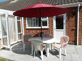 White resin table 139L 84W cm 4 chairs with cushions parasol with crank & tilt mecanism 240cm GC