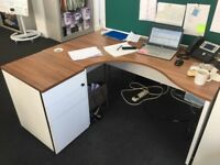 4 X CORNER DESKS & PEDESTALS -1600MM X 1000MM X 800MM IN CHERRY & WHITE - VGC