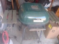 LARGE BARBEQUE BBQ WEBER CLONE STYLE ON WHEELS, SLIGHT RUST BUT SOLID AND WORKING,WHEELS