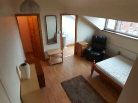 Nice large en suite Double Bedroom wifi,£75pw,all bills included The room has a fridge and microwave