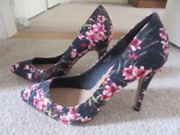 SHOEBOX STILETTO SHOES BLACK & PINK FLORAL TEXTURED FABRIC FINISH SIZE 5 NEW