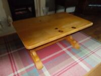 A SOLID PINE COFFEE TABLE WITH BULBOUS LEGS AND IN GOOD CONDITION