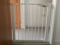 Baby safety gate pressure fit