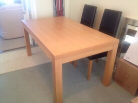 Medium oak wood dinning table with 4 chairs.