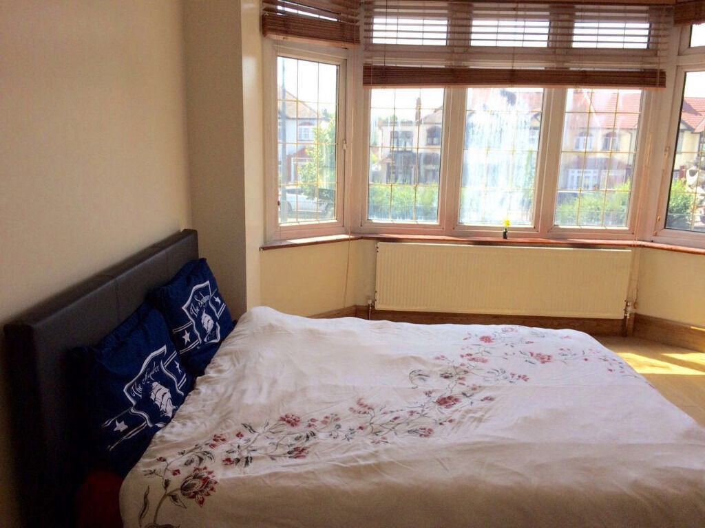 Beautiful 3 bed first floor flat in redbridge station