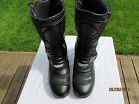 USED LEATHER MOTORCYCLE BOOTS SIZE 6 IN GOOD CONDITION COLOUR BLACK