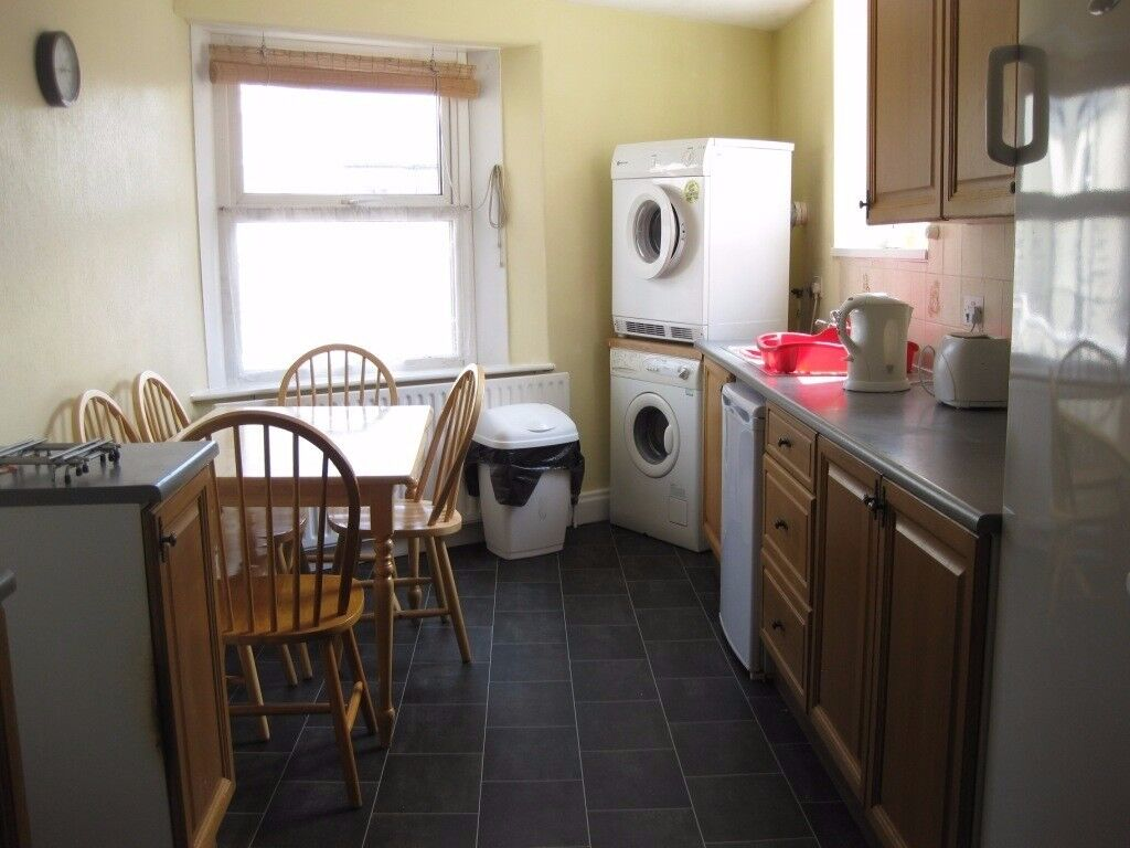 Room in shared house, close to city centre and university