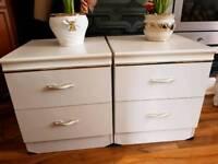 Set two white drawers