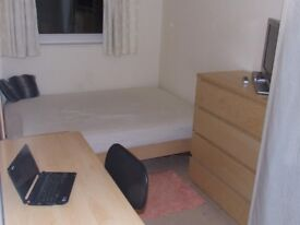 2 Large Double Rooms to Let in a Nicely Furnished 2 Bedroom Apartment inc Bills, Wifi & Free Gym