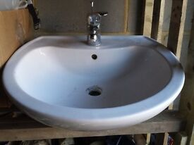 Large bathroom sink with single mixer tap