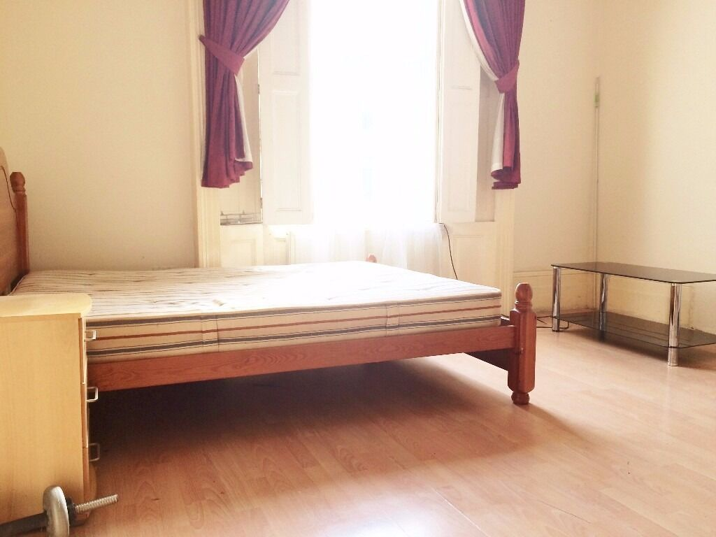Extremely Spacious Bedroom Close to High Street Kensington Station//