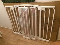 DREAM BABY EXTENDABLE STAIR GATE-Auto close/Stay open. 97-108cm. Great condition.
