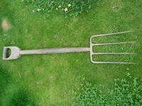 GARDEN FORK. OLD TYPE WITH STRAPPED AND RIVETTED HANDLE. VGC