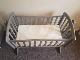 OBaby swinging crib. Taupe Grey.