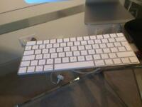 Apple iMac, wireless mouse, wireless keyboard