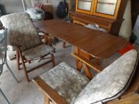 TEAK GARDEN FURNITURE EXTENDABLE TABLE & PAIR OF CUSHIONED CHAIRS