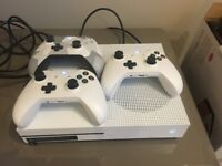 Xbox One S + 3 controllers + FIFA 17 & 18 + Battlefield 1 and more
