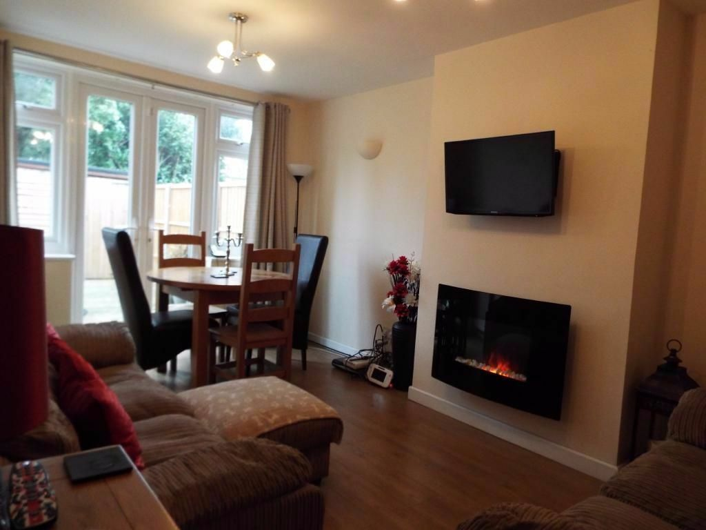 2 BED GROUND FLAT. IN HAINAULT! GARDEN,DRIVEWAY, FURNISHED.