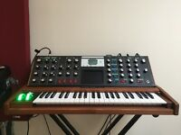Minimoog Voyager Select Series (Jade Walnut) with road case