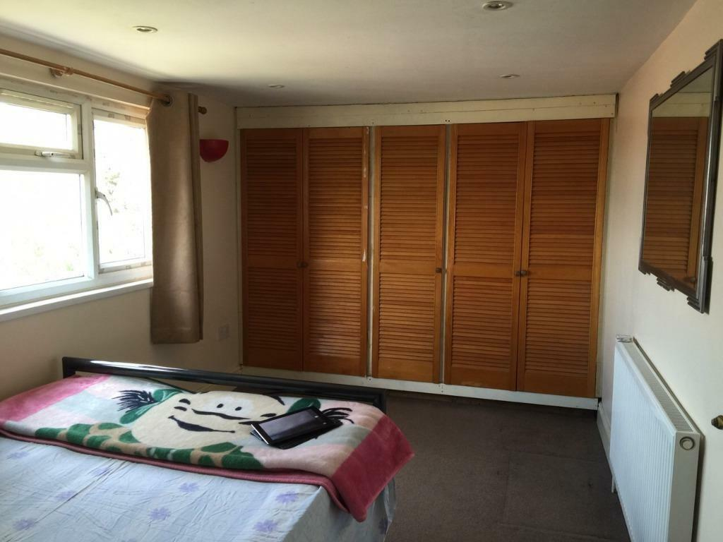 LARGE DOUBLE ROOM TO RENT IN CHADWELL HEATH! ALL BILLS INCLUDED! CLEAN AND TIDY.