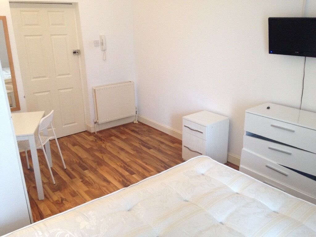 Smart double studio near Barons Court tube station. All bills included. Free WiFi