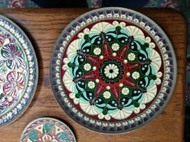 Enamelled wall plates