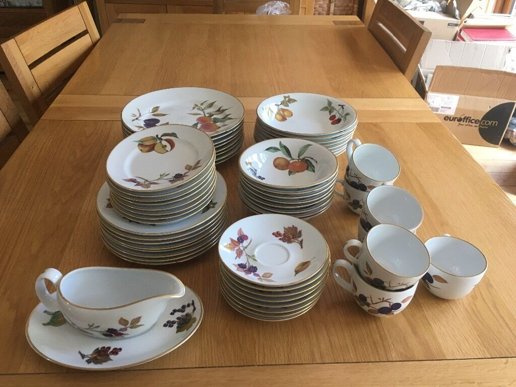 Dinner service china Royal Worcester Evesham Gold 8 place setting. Reduced to £120 & Dinner service: china Royal Worcester Evesham Gold 8 place setting ...